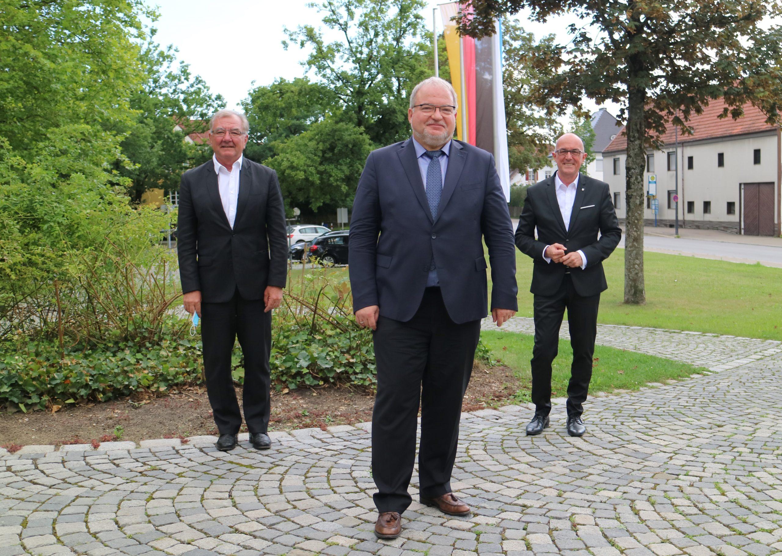 Dr.Walter Eschle (links), Andreas Thiel (mitte) und Dr. Klaus Metzger (rechts) bei der Auftaktsitzung der neuen Wahlperiode 2020 bis 2026 im Landratsamt Aichach