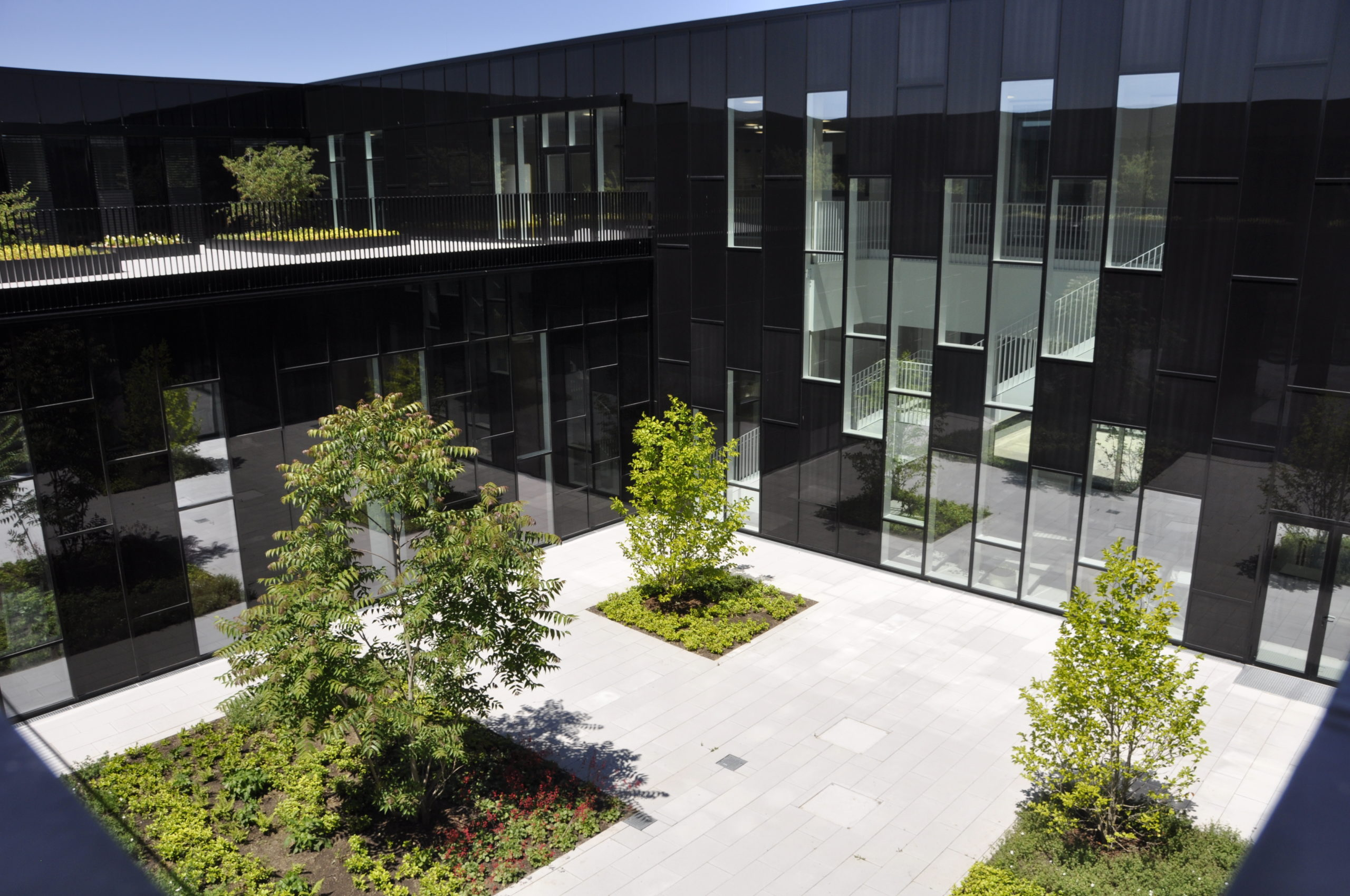Blick in den Innenhof des neuen Institutionsgebäude im Augsburger Innovationspark