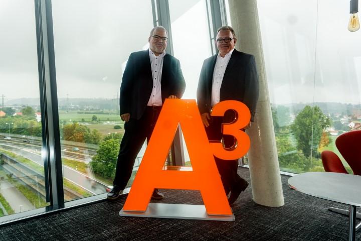 Andreas Thiel und Stephan Deurer bei der Übergabe des A³