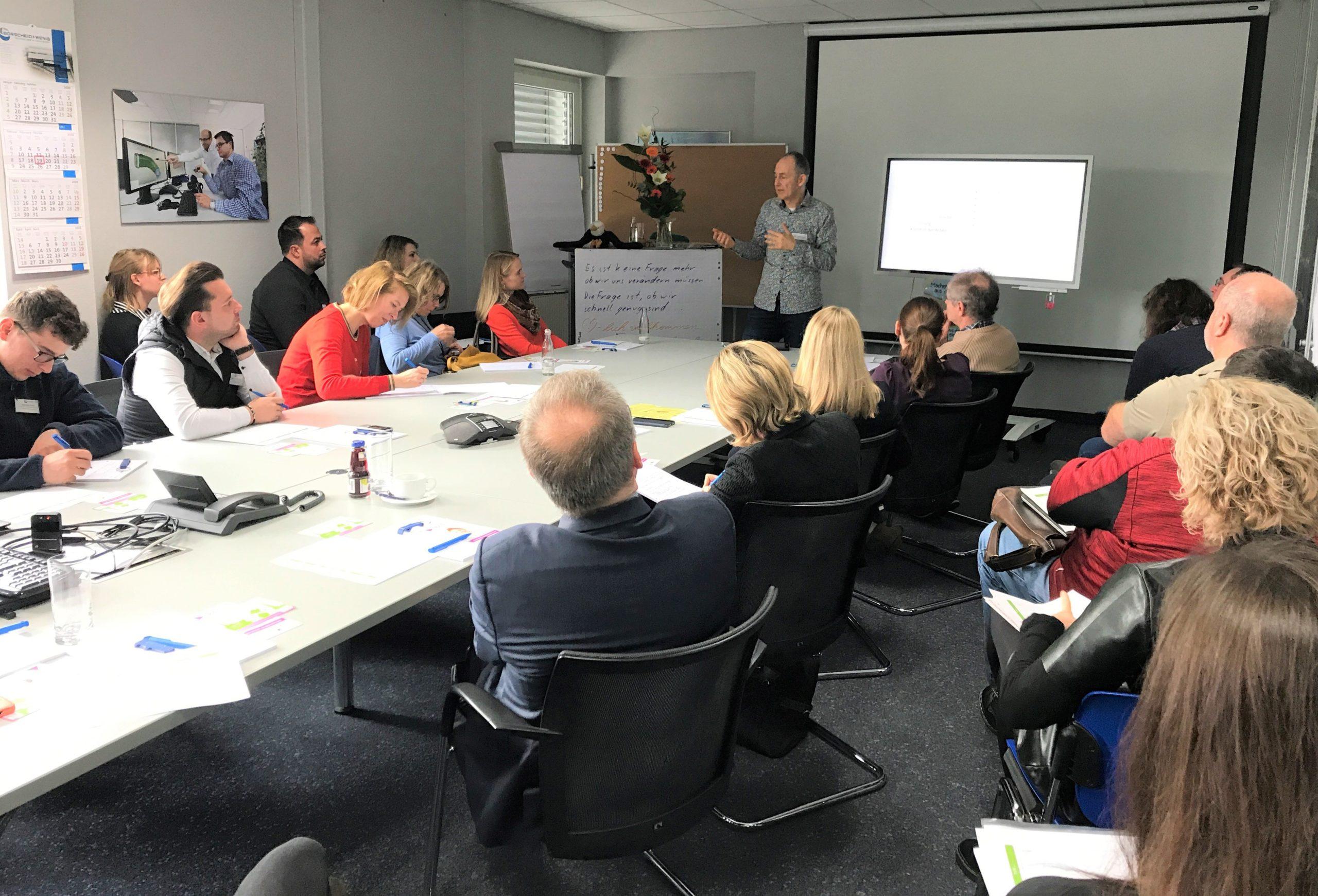 Azubi- und Ausbildertrainer Norbert Schnierle beim Workshop_Auszubildende erreichen, gewinnen und mitnehmen