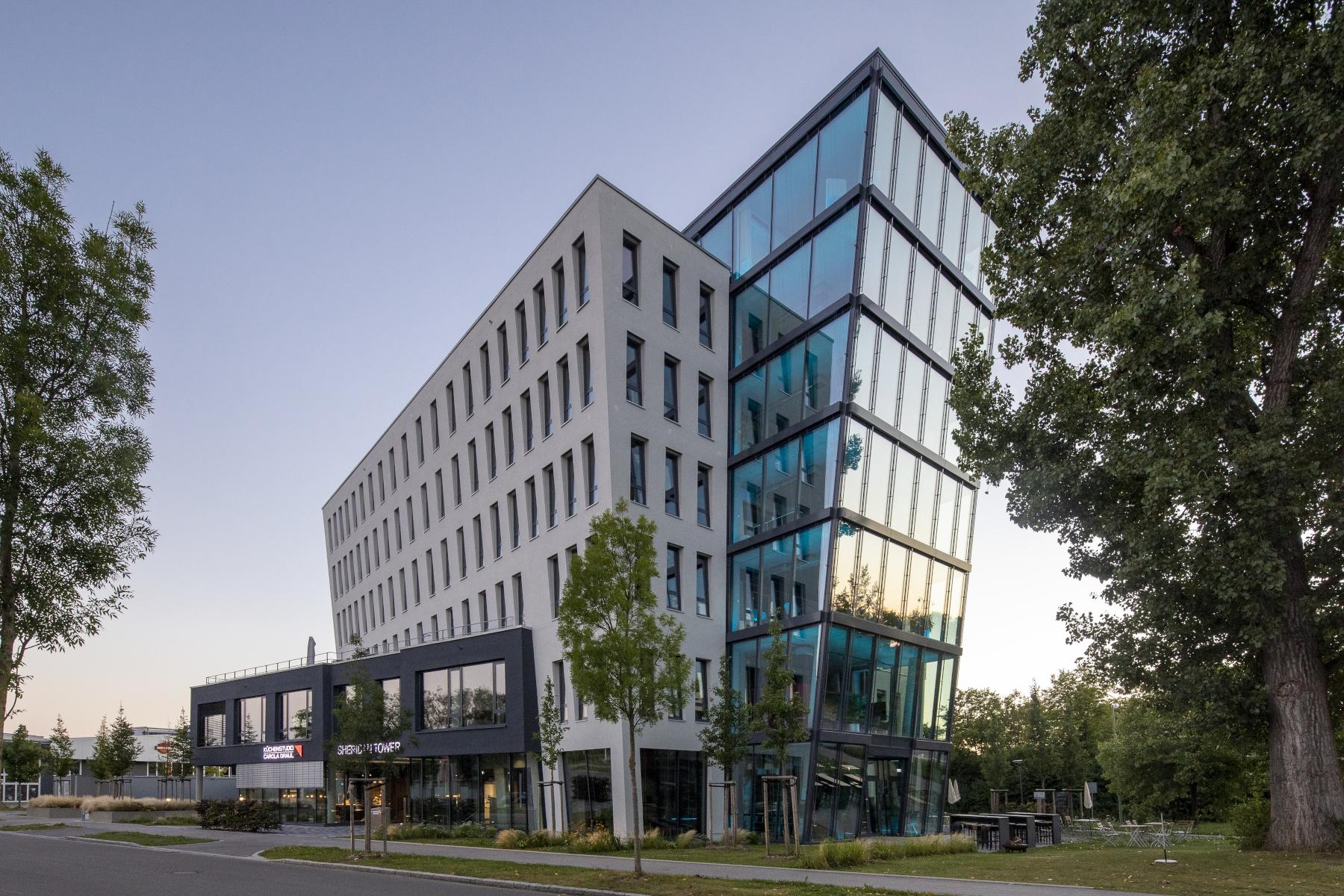 ECO Office GmbH & Co. KG: Sheridan Tower illuminiert in Blau