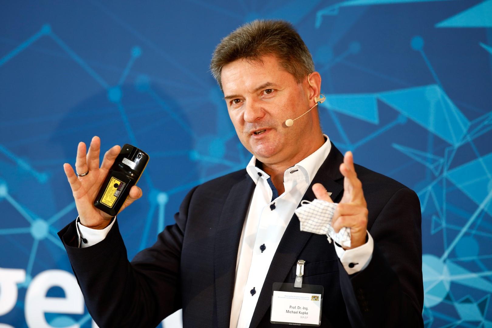 """Prof. Dr.-Ing. Michael Kupke, Deutsches Zentrum für Luft- und Raumfahrt (DLR), bei der Veranstaltung zur """"Hightech Agenda Plus"""" in Augsburg."""