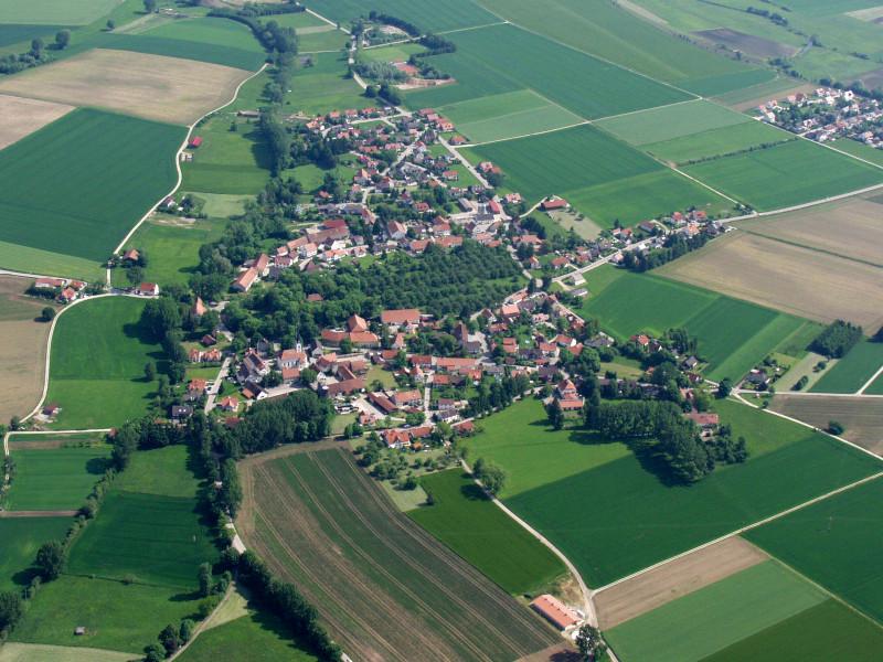 Luftbild von Schmiechen im Landkreis Aichach-Friedberg