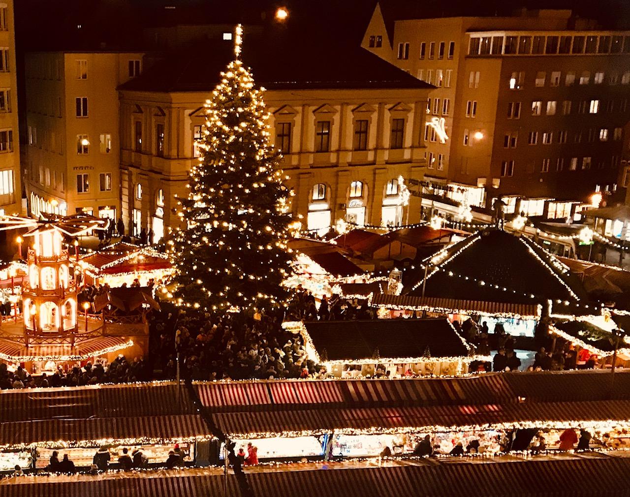 Augsburger Christkindlesmarkt auf dem Rathausplatz Augsburg