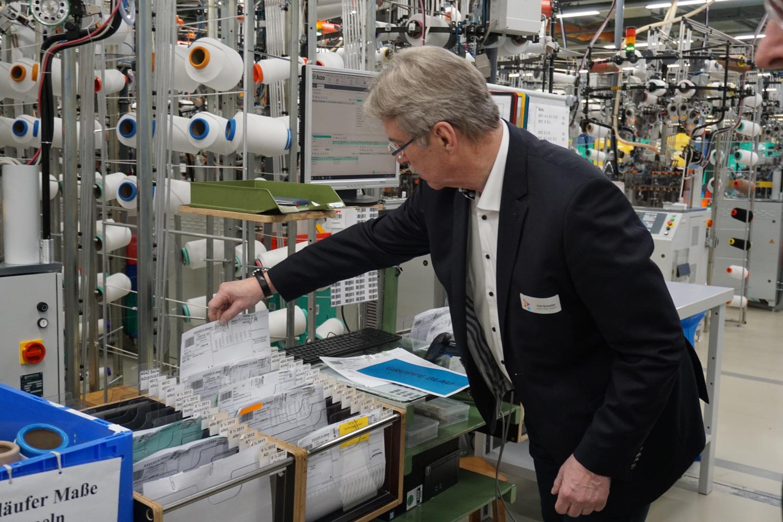 Uwe Schettler, Inhaber von Juzo, erklärt die Abläufe in der Produktion