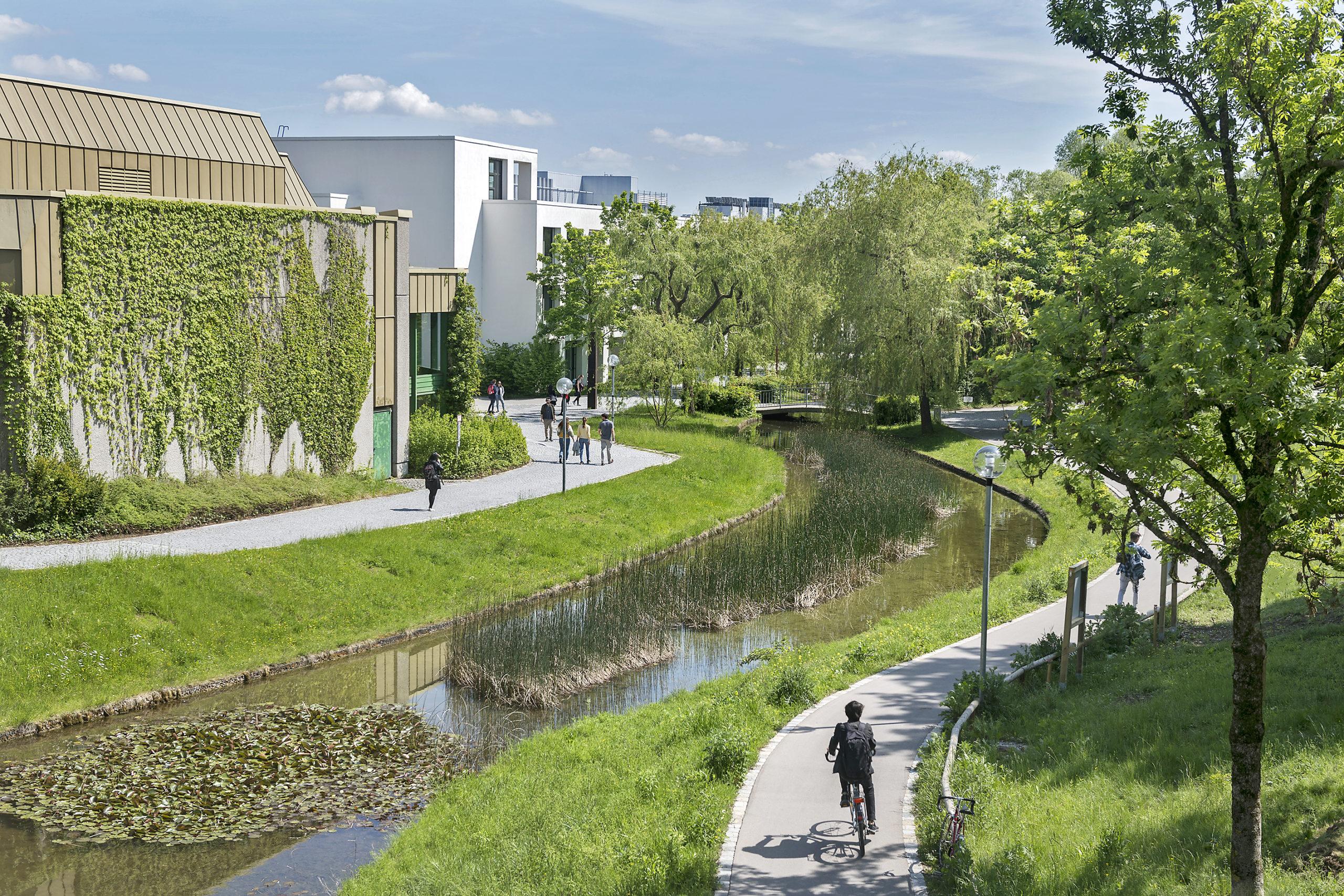 Der grüne Campus mit seinen kurzen Wegen ist das Markenzeichen der Universität Augsburg.