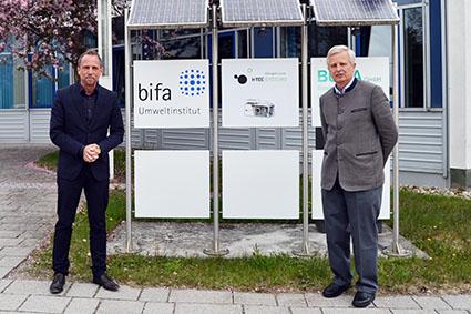 Thorsten Glauber und Prof. Dr.-Ing. Wolfgang Rommel vor dem bifa Umweltinstitut