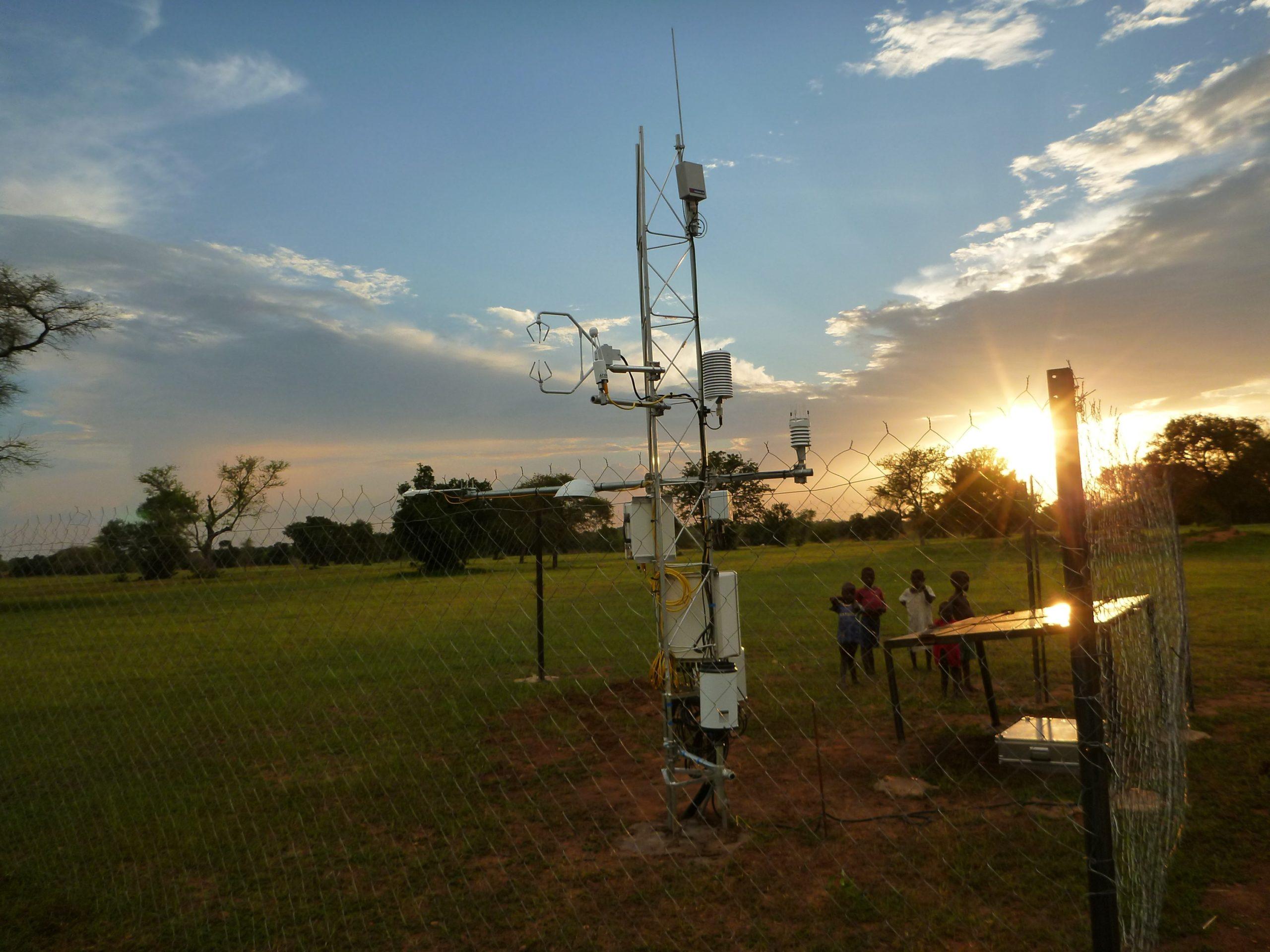 Eine Wetterstation mitsamt aller meteorologischen Messgeräte ist notwendig, um die Modellsysteme zu entwickeln (Ort: Ghana)