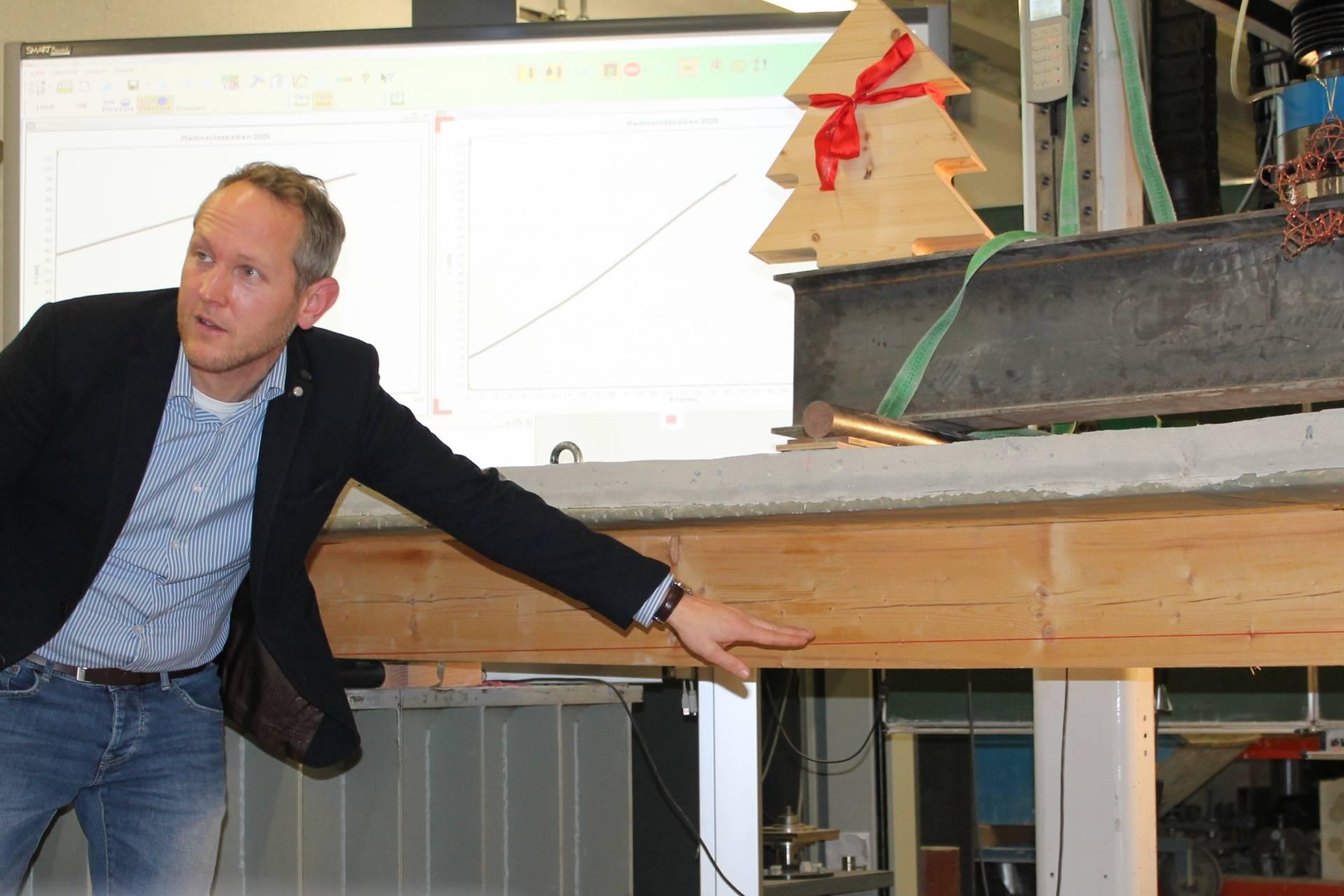 Prof. Dr.-Ing. Tobias Schmidt kommentiert die ersten Risse im Holzbalken