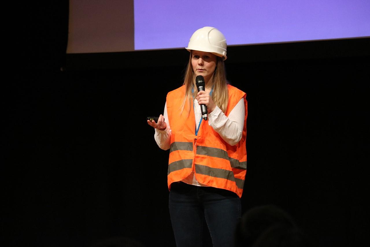 """Mitgründerin  und Geschäftsführerin der Planstack GmbH, Linda Mayr beim """"Augsburg gründet!"""" Idea Slam 2018"""