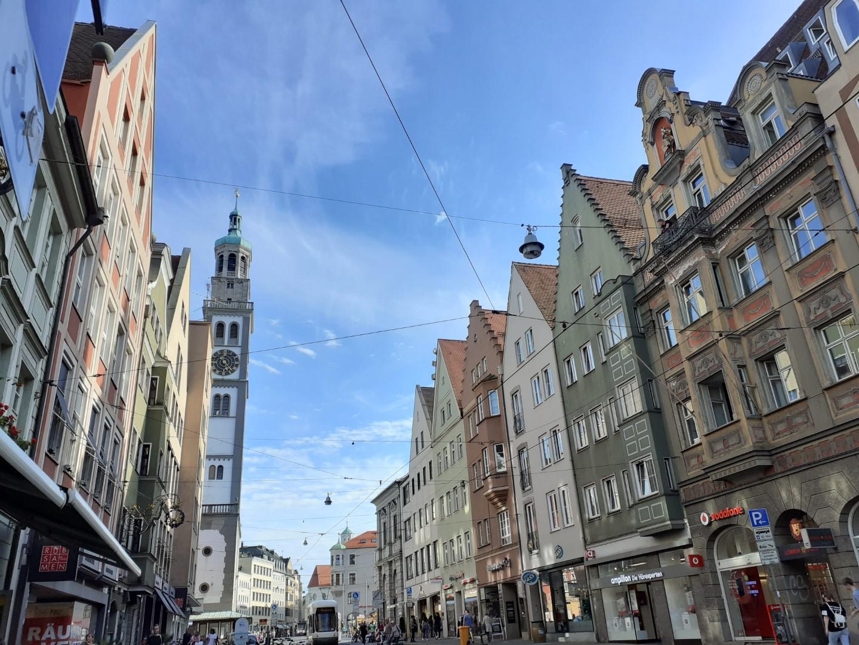 Trotz der Corona-Pandemie bleibt die Augsburger Innenstadt in Bewegung.