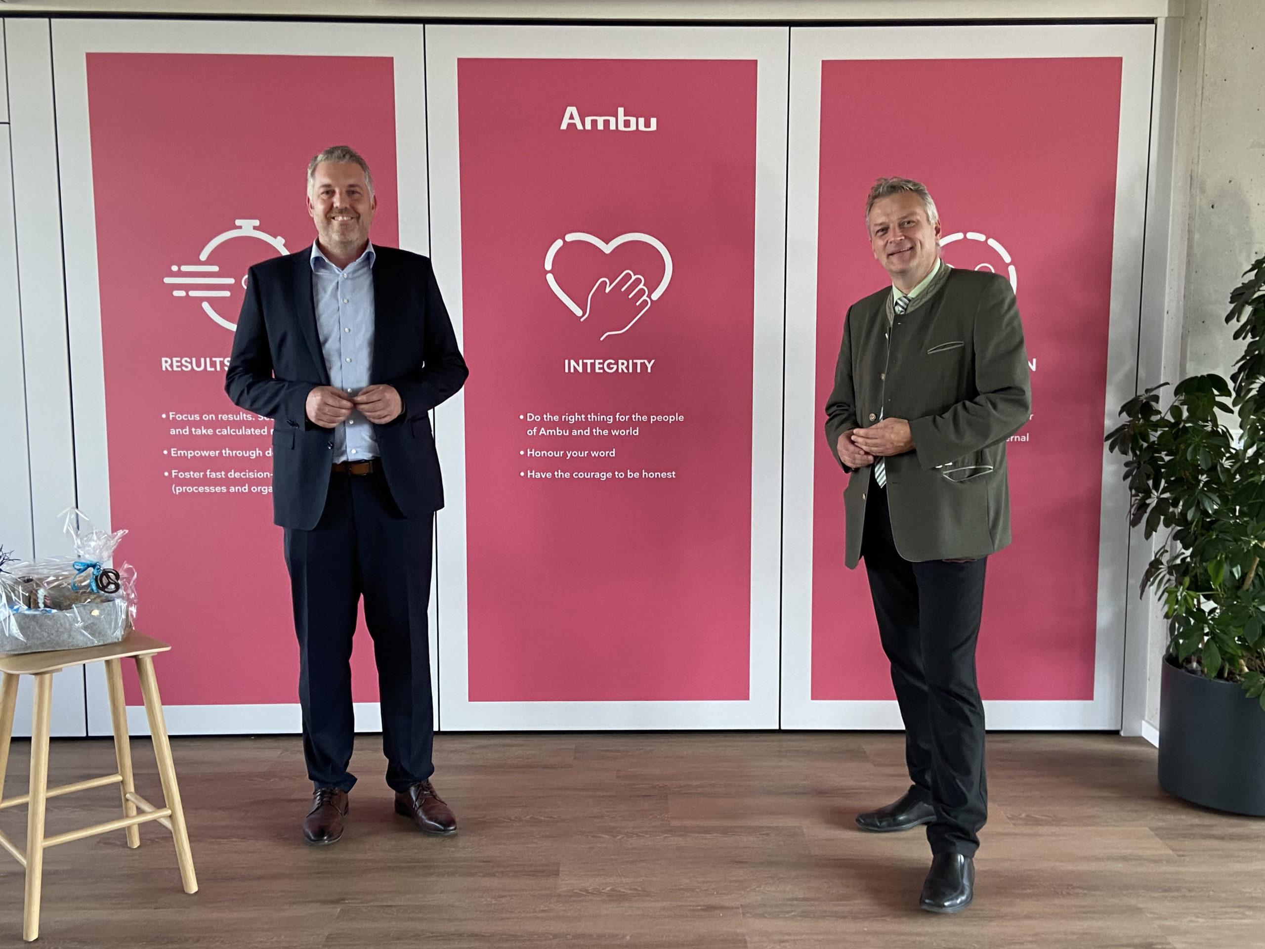 Wirtschaftsstaatssekretär Roland Weigert (r.) und Marc Henzler, Geschäftsführer der Ambu Innovation GmbH